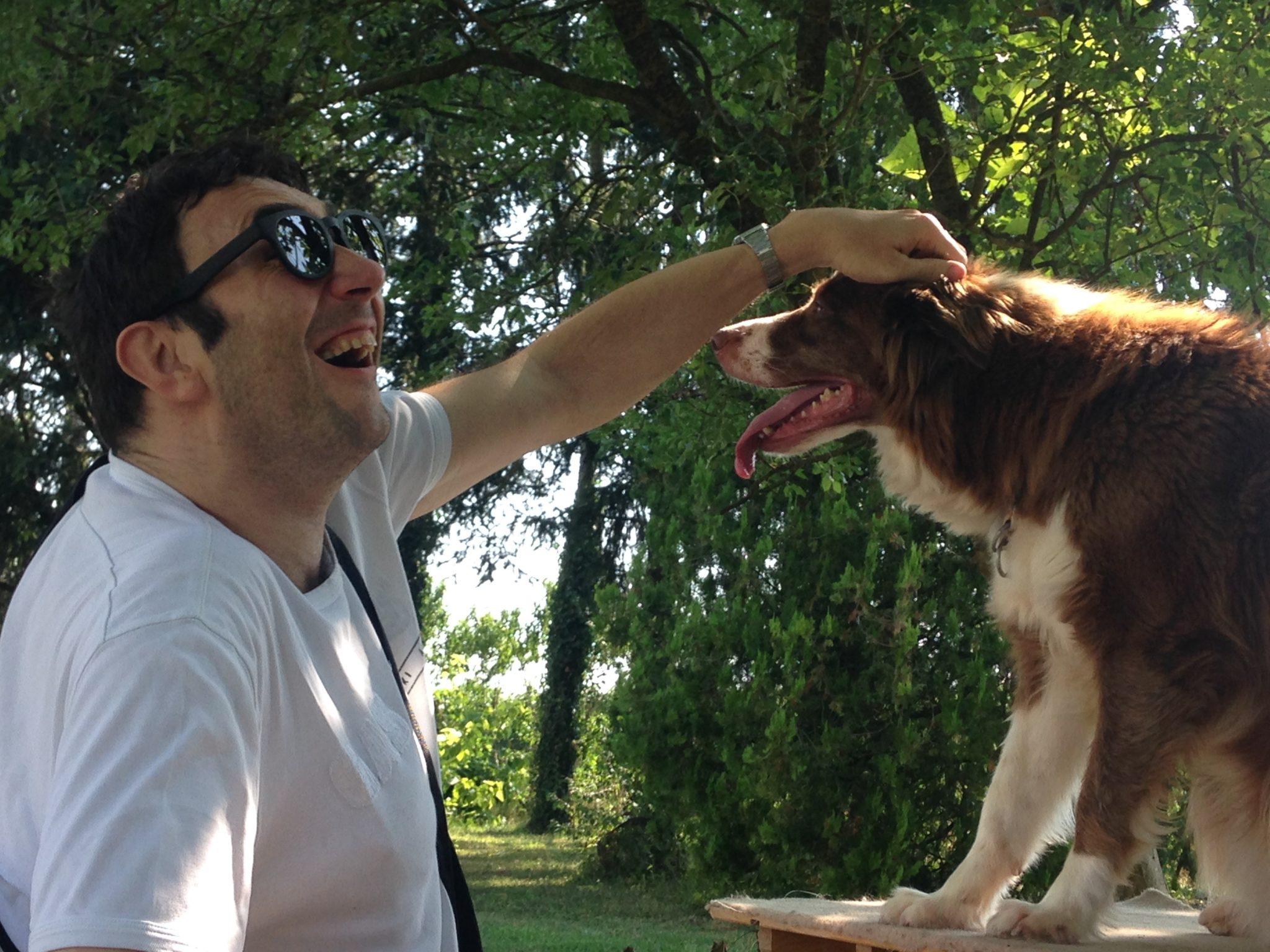 Un divertito Paul accarezza Kaia sulla testa